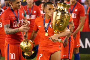 Another Copa: Sanchez gives the #Copa100 trophy a kiss